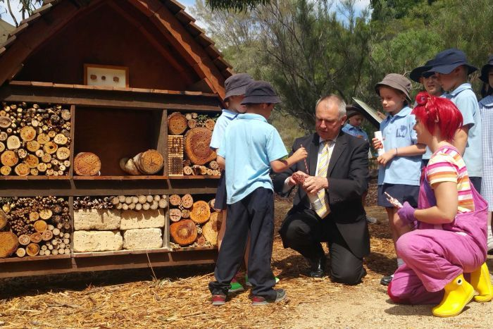 Photo: Maribyrnong Primary students add 'rooms' to the bee hotel with Department of Environment Secretary Dr Gordon de Brouwer and ABC TV's Dirt Girl at the Australian National Botanic Gardens. (Australian National Botanic Gardens)