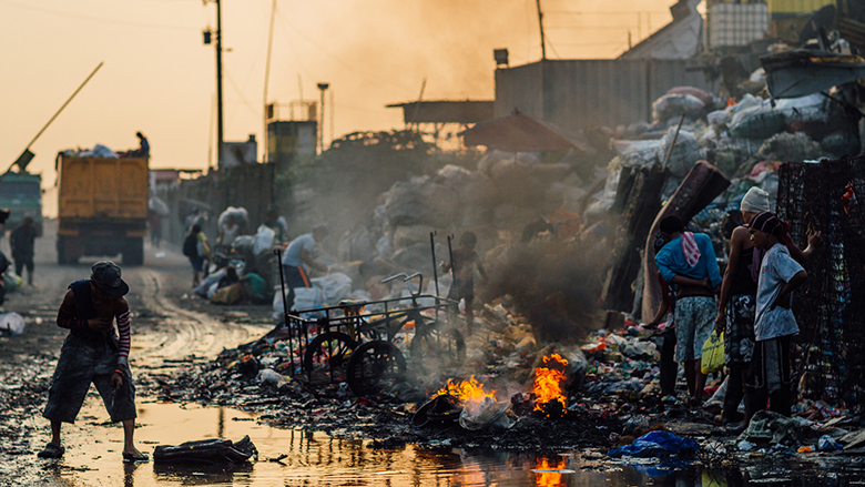 Scavengers burning trash at the Tondo Garbage Dump in Manila, Philippines. © Adam Cohn/Flickr Creative Commons