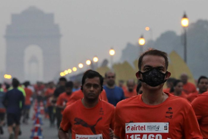 Photo: The race promoter said there were no pollution-related incidents among the 35,000 runners. (Reuters: Anushree Fadnavis)